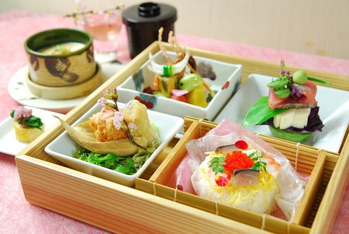 女性に大人気の春のランチ「桜花盛弁当」は茶碗蒸し付きです。