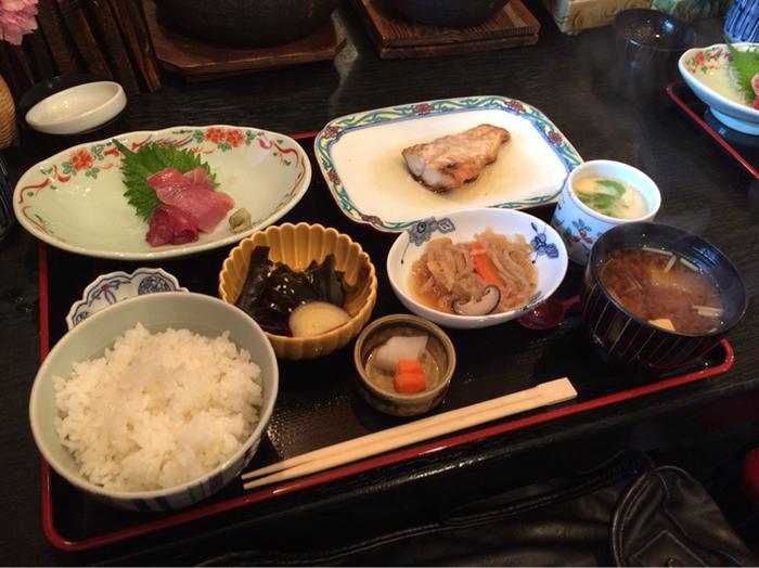 お刺身は新鮮そのもので茶碗蒸しはトロトロの玉子にお出汁。その他の料理も丁寧な味付けで流石人気割烹の美味しさです。