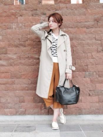 クロップドパンツはシンプルカラーだけでなく派手めのカラーも合わせやすい。秋のシックな色合いからぱっと明るい着こなしに取り入れてみませんか?