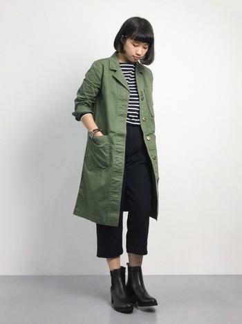 肌寒くなり、ジャケットを着る機会も増えます。ロングジャケットでもクロップドパンツの竹感がさでバランスよくおしゃれに見えます。