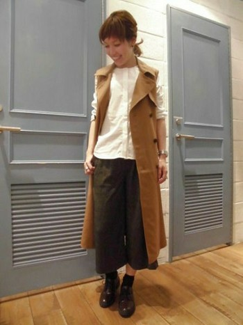 BASICなノーカラーシャツにトレンチベストを合わせて。Iラインコーデに太めのパンツでバランスよく。