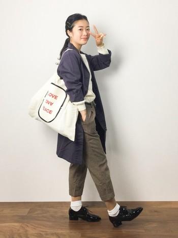 カラータイツ靴下をダブル使いした欲張りな着こなしです。クロップドパンツの丈を利用した合わせ方が素敵です。今からでも真似できるスタイルです。