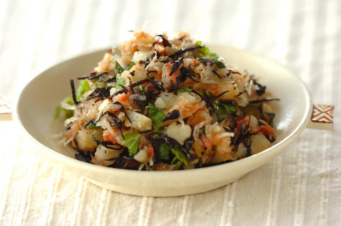 芽ひじきやちりめんじゃこ、梅や大葉が入った和風のポテトサラダです。食物繊維やカルシウムが豊富に摂れて、ダイエット時にもおすすめです。