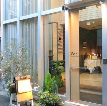 神楽坂駅から徒歩約2分、隠れ家的な一軒家レストランは完全予約制。まずは入り口横のインターホンを押して予約のお名前を伝えてください。