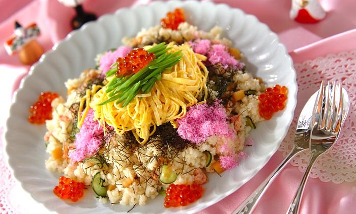 酢飯の代わりにクスクスを使ったちらし寿司。和風にアレンジされたクスクスは、おひなさまのときやパーティーなどに一役買ってくれると思います。