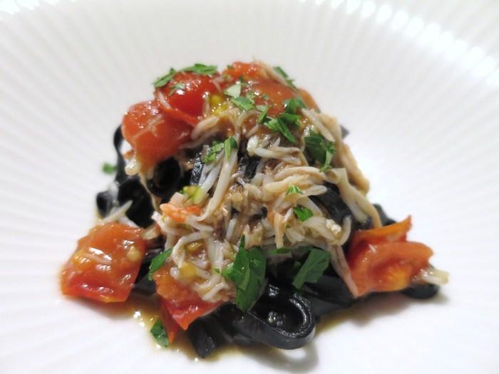 ずわい蟹とフルーツトマトのイカ墨を練り込んだトレネッテ。少しコシのあるトレネッテに、たっぷりのずわい蟹とフルーツトマトが嬉しいです。
