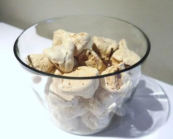 ブルッディ マ ボーニという、「ぶさいくだけど美味しい」と言う名前のアーモンドのメレンゲ。食後のコーヒーと一緒に大きなガラスポットにいっぱい!