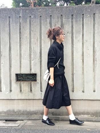 黒の分量が多めのモノトーンコーデは、スカートスタイルでもよりシックに見えます。スカートとニットの素材感を変えるのもおしゃれな人ならでは。