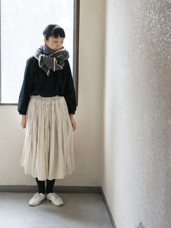 黒と合わせる白をアイボリーにすると優しいモノトーンコーデになります。髪の色もモノトーンコーデの黒のカラーとして一役買っています。