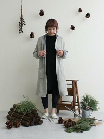 黒と白のコーディネートにグレーを加えるとこんなにおしゃれになるんですね。ワンピースとレギンスが黒でちょっと重たいところに、ライトグレーのコートを羽織って、軽やかなコーデになっています。