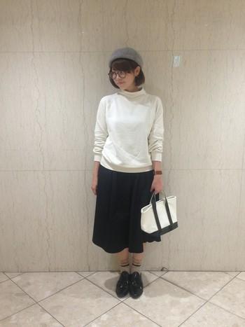 かわいさを出すならスカートが一番。トップスとスカートはモノトーンで、バッグや小物をかわいらしいアイテムにすると女性らしい優しいコーディネートに仕上がります。