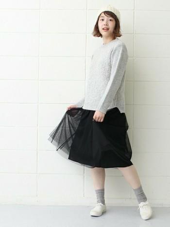 ニットと靴下にグレーを持ってきて白から黒へのグレースケールコーディネート。ふんわりとしたチュールスカートでやわらかさをプラスすると女の子らしいコーデになりますね。