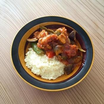 鶏肉と野菜をトマトでじっくり煮込んで、クスクスにかけるだけで立派な1品になります。これから寒くなる季節にぴったりのメニューです。