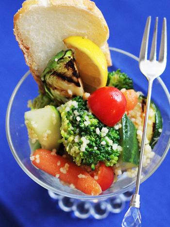 時間がないときやちょっとしたおつまみにもなるクスクスサラダ。旬の野菜と一緒に食べれば、栄養満点です。