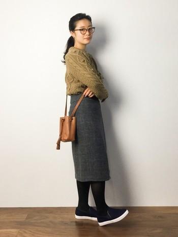 タイトめなシルエットのミモレ丈スカートは、全体をすっきりと見せてくれます。バッグは小さめにするとスタイルアップを狙えますよ。