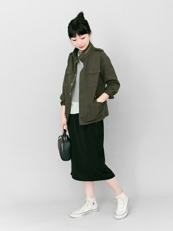 ミリタリージャケットにタイトなミモレ丈スカートを合わせて。スニーカーでハズしをを加えて大人なコーディネートになっていますね。服が暗い色の場合は、足元の色を軽くするとスッキリと見えます。