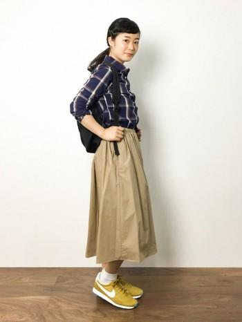 とことんカジュアルに着こなしたい時も、ミモレ丈スカートは一役買ってくれます。パンツスタイルよりもやや女の子らしさを残せるので、アウトドアなデートにも最適。