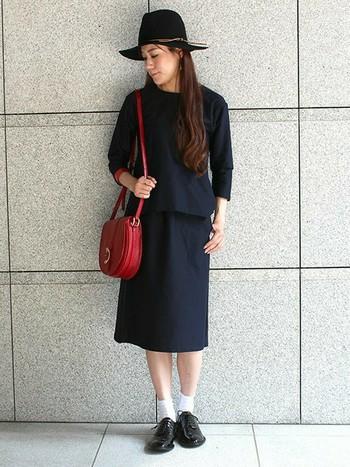 セットアップで着られるトップスとミモレ丈スカートのスタイルは、お出かけにピッタリ。ミモレ丈は靴下との相性もいいですね。ネイビーのセットアップはきちんと見せてくれるので一つは欲しいところ。差し色の赤いショルダーバッグも素敵。