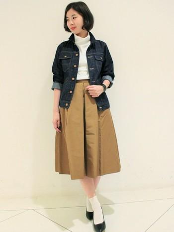 デニムジャケットにミモレ丈スカート、タートルネックトップスなら、カジュアルになりそうなイメージですが、パンプス+ソックスの効果できちんと感が出ます。デートにもオススメのコーディネートですね。