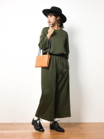 一枚着るだけで様になるオールインワンですが、どこか物足りなさを感じることもありますよね。そんなときはフェルトハットの出番です。キャメルのバッグが差し色になっていて素敵。