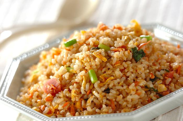 材料は玄米ご飯と鮭フレーク、卵、ニンニクの芽、大葉、梅干しでできる美味しいチャーハン。白ごまを加えて味付けは塩こしょうと醤油で。