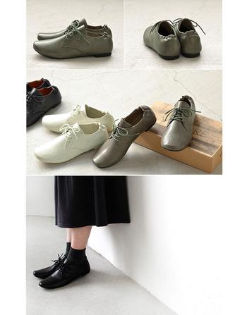 2008年、Franco Yeungによって創立された香港のブランド。 天然の革に視点をおいたスタイリッシュなデザインと、 何十年も使うことが出来る実用的で創造的なコレクションで 数多くのバイヤーの注目を集めました。 こちらのシューズはバレエシューズを進化させたイタリアの伝統技術『サケット製法』を採用し、屈曲性に富み、足の動きにしなやかにフィットすることで、まるで裸足のような快適な履き心地を実現しています。