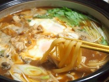 寒い日にはあっさり出汁よりも、味噌味が恋しくなりませんか? 野菜の甘みも引き立つ味噌仕立ての煮込みうどんです。赤味噌、合わせ味噌など味噌の味や濃さはお好みでどうぞ。