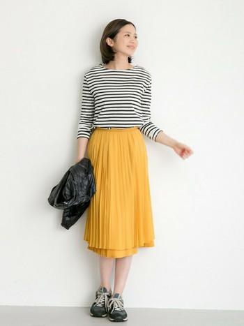 シワになったりとちょっぴり管理が大変ですが、その分、そういうアイテムを着ていると自然ときちんと感が出てくる気がします。ぜひ、あなたもプリーツスカートを使った、素敵なコーディネートを考えてみてくださいね。
