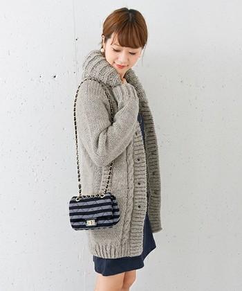 ひざ上のスカートとロングカーデの丈が同じくらいなので、可憐な印象に。バッグも小ぶりなものにするとバランスが整います。