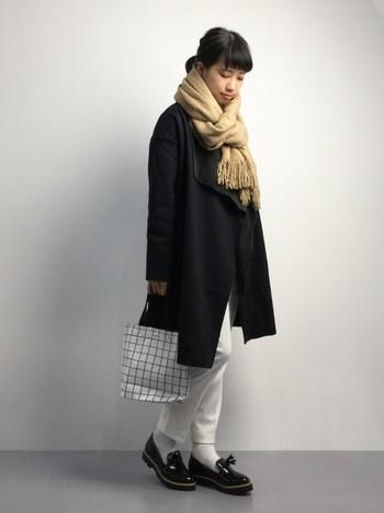 黒のコートは重たい印象になりがち。でもパンツとソックスをホワイトにすることで、足元が軽く見えてバランスがよくなります。