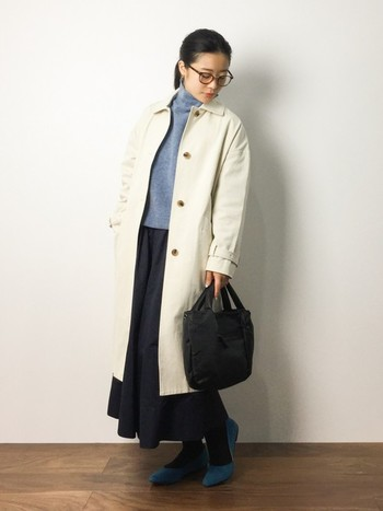 かっちりとしたシルエットのコートも、白なら柔らかい印象で着こなせます。ブルーとブラックを合わせて大人っぽい雰囲気のコーディネートです。