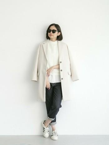 モードな印象になるチェスターコートですが、白をチョイスしてデニムとスニーカーを合わせることでラフな印象になります。さらっと肩に羽織るのもおすすめです。