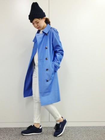 爽やかなブルーがきれいなコートは、メンズライクなアイテムですが、白のスキニーパンツで華奢な印象をプラスしています。足首を出すとほっそりスタイルよく見えますよ。