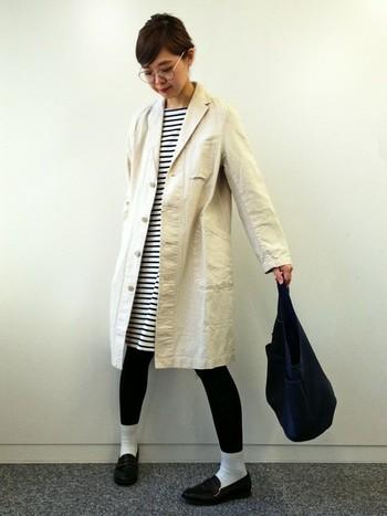 ボーダーワンピースに白のコートを合わせたナチュラルなコーディネートです。足元に白のソックスを合わせてポイントに。