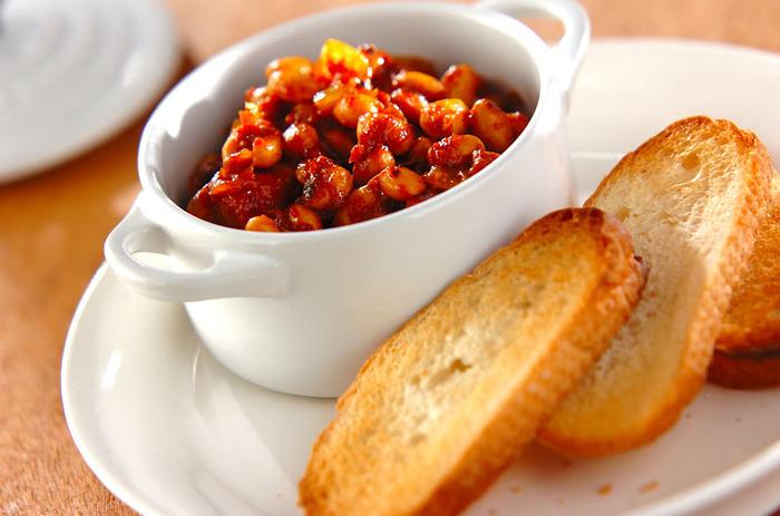 お豆たっぷり。美味しくてスパイシーなチリコンカンは、何にでも合わせやすいところも魅力。例えば、バゲットなどお好みのパンに合わせても◎