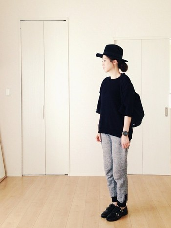 女性らしいフェルトハットをメンズライクなファッションに合わせるジェンダーレスなコーデも人気ですね。