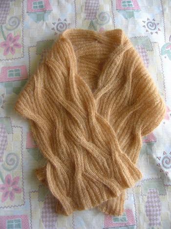 複雑な模様編みでふんわり感たっぷりのマフラー♪歳を重ねても愛用したい品のあるカラーが魅力です。