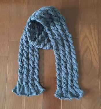 定番のケーブル編みも、よく見ると隣同士が少しずつずれたデザインになっています。編み終わりのナチュラルなフリルが巻いた時のアクセントになりそうですね!