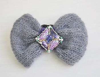 モヘアの大きなリボンにスパンコールとビーズで刺繍をしたヘアゴム。毛糸の淡い色にスパンコールの華やかなグラデーションが映えます♪