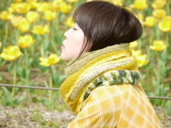 こちらは何重にも巻いたように見える特殊な編み方をしたスヌード。繊細な色使いにもこだわりを感じますね!