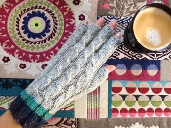 実用性を求めがちな指先のない手袋も、ハンドメイドならこだわりの一品が見つかります♪細い縄編みと手首の配色がGOOD!