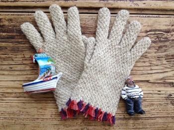 細かい模様編みだけで美しさが出るのは、クオリティーが高い何よりの証拠。手首のフリンジに遊び心のある上品なデザインです。