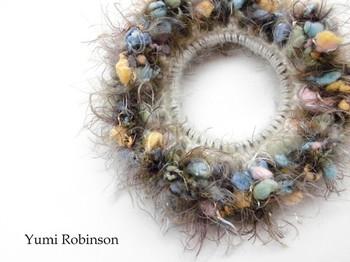 変わり糸を使って編んだシュシュはこんなに個性的!軽やかなデザインで一年中愛用できそうです。