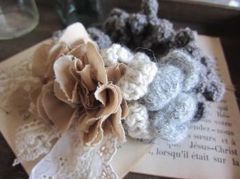 続いてはボリュームたっぷりのシュシュ♪布のお花やレースもあしらって、上品なアンティークスタイルに仕上がっています。