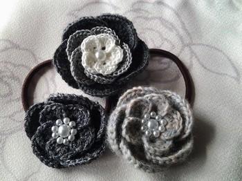 お花のヘアゴムもグレーやホワイトでデザインされた物ならシックな雰囲気に。どんな髪色にも合いそうですね。
