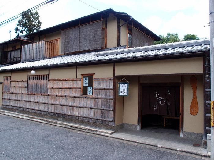 京都で400年ほど前にのれんを揚げたとされる老舗料亭の瓢亭。京都の朝がゆといえばここと言われるほどの有名店です。別館では、本店よりも少しリーズナブルに朝がゆをいただくことができます。