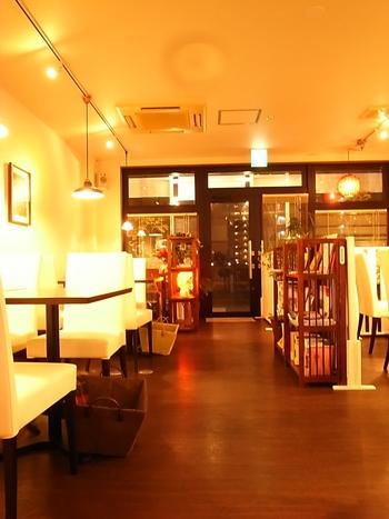 ディナータイムの店内は、シックで趣きのある雰囲気を味わえます。夜は、お酒も楽しむことができますよ!
