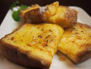 バイゲツカフェのオススメメニューのひとつとして、ふわふわの食感が楽しめるフレンチトースト!