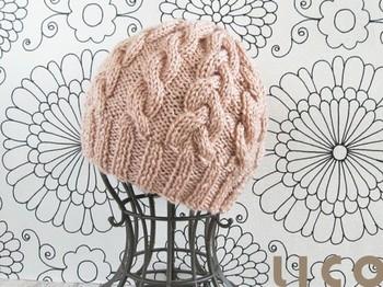優しい色とボリュームのある縄編みは見ているだけで温かくなる雰囲気。丸みのあるデザインもほっこりしますね。