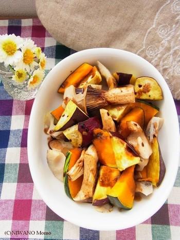 こちらは、秋野菜ときのこをレンジで調理する、簡単・時短の温サラダ。時間のないときにおすすめです。バルサミコソースをかけて、ホクホクの旬の味を満喫しましょう。